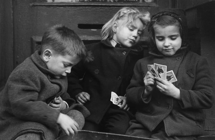Дети играют в карты фото лицензия онлайн казино эстония
